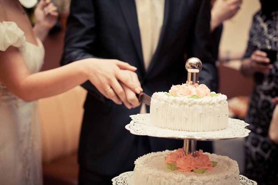 When To Cut Your Wedding Cake At The Reception