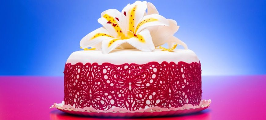 how to work skillfully with edible lace for cakes